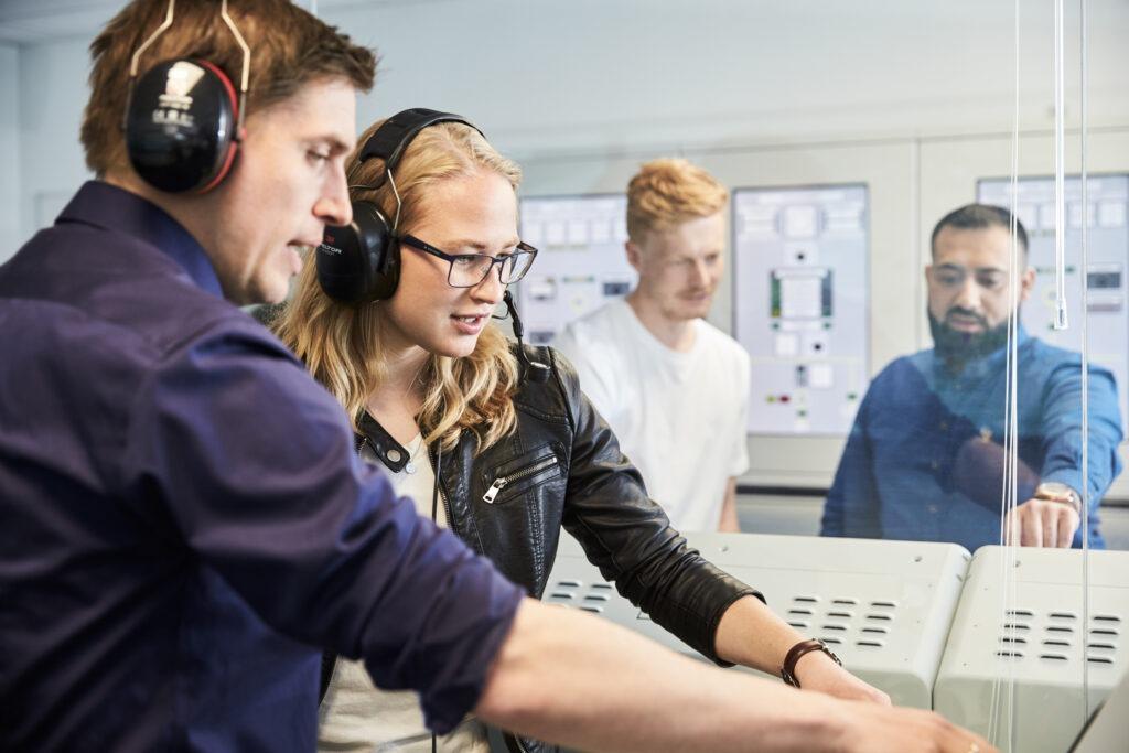 Billede af en elev på Maskinmesteruddannelsen, der får instruktion